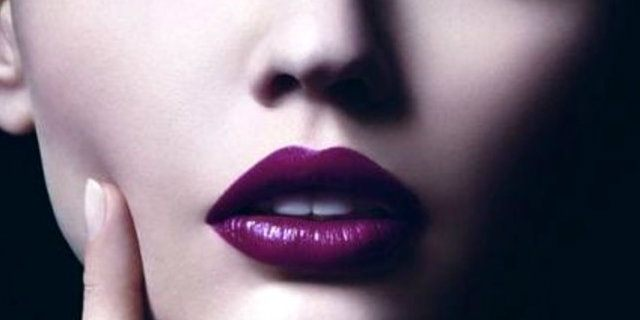 Rossetto viola: un must have per l'estate 2018